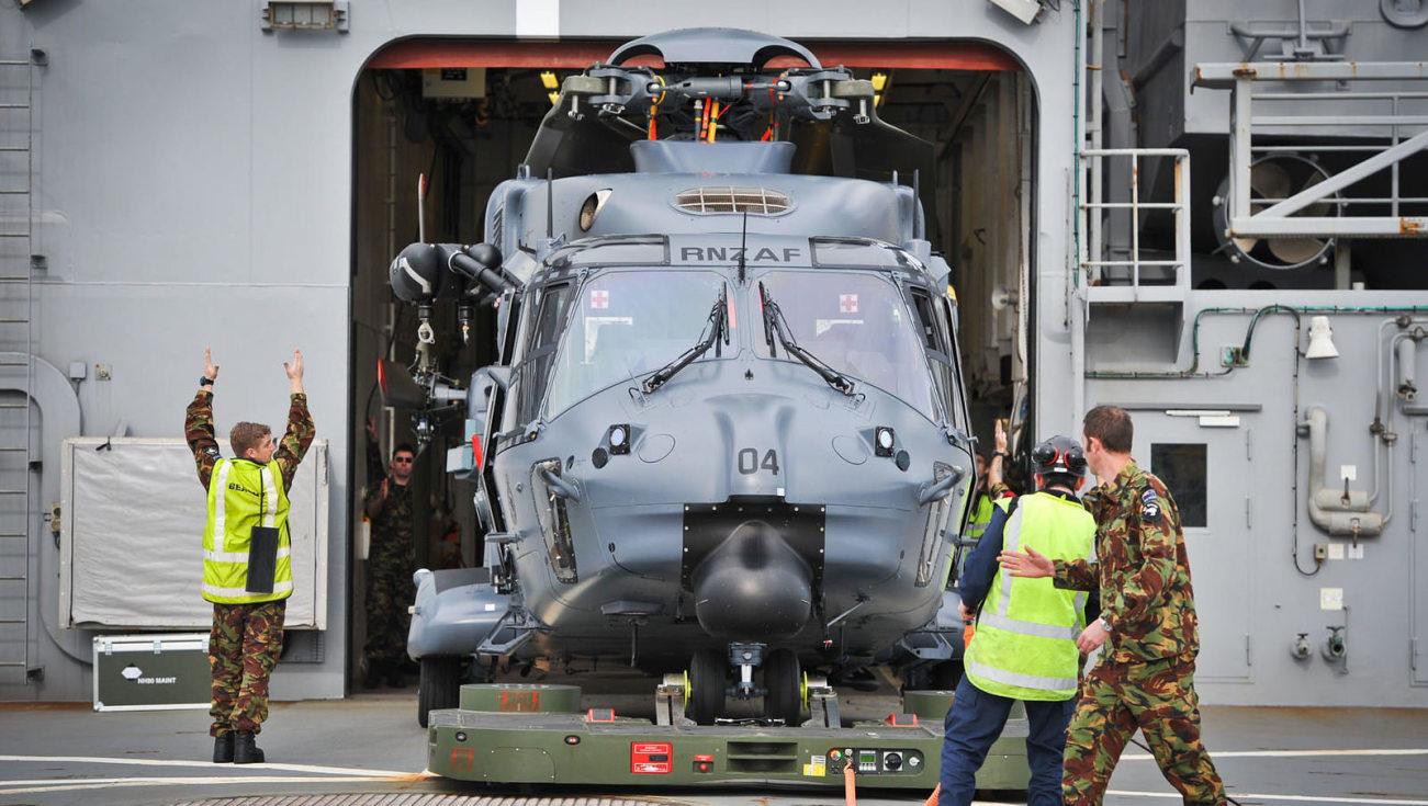 """Zmodyfikowany NH90 Royal New Zealand Air Force na pokładzie HMNZS Canterbury przed ćwiczeniami """"Talisman Saber 2015"""" (New Zealand Defence Force, Creative Commons Attribution 2.0 Generic)"""