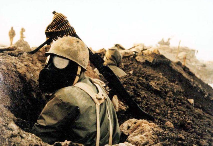 Irański żołnierz w masce gazowej podczas konfliktu iracko-irańskiego z lat 1980–1988 (sajed.ir, Creative Commons Uznanie autorstwa – Na tych samych warunkach 3.0)