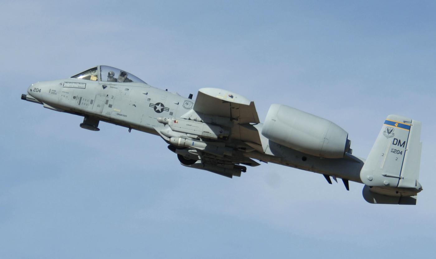 """A-10 z bazy Davis-Monthan podczas ćwiczeń strzeleckich """"Hawgsmoke"""" 2006 (US Air Force / Senior Airman Christina D. Ponte)"""
