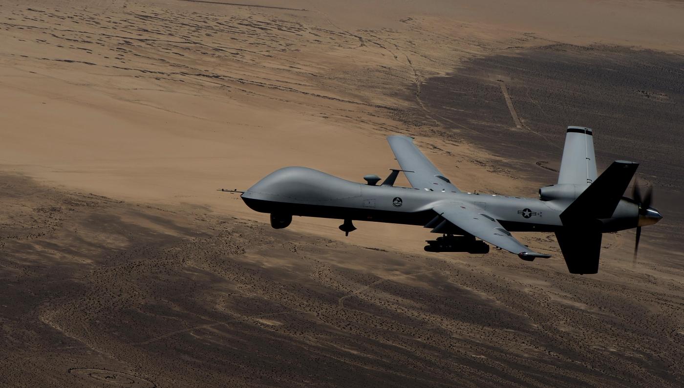 MQ-9 Reaper osłaniający operację zrzutów z pomocą humanitarną nad Irakiem w 2014 roku (US Air Force / Senior Airman Cory Payne)