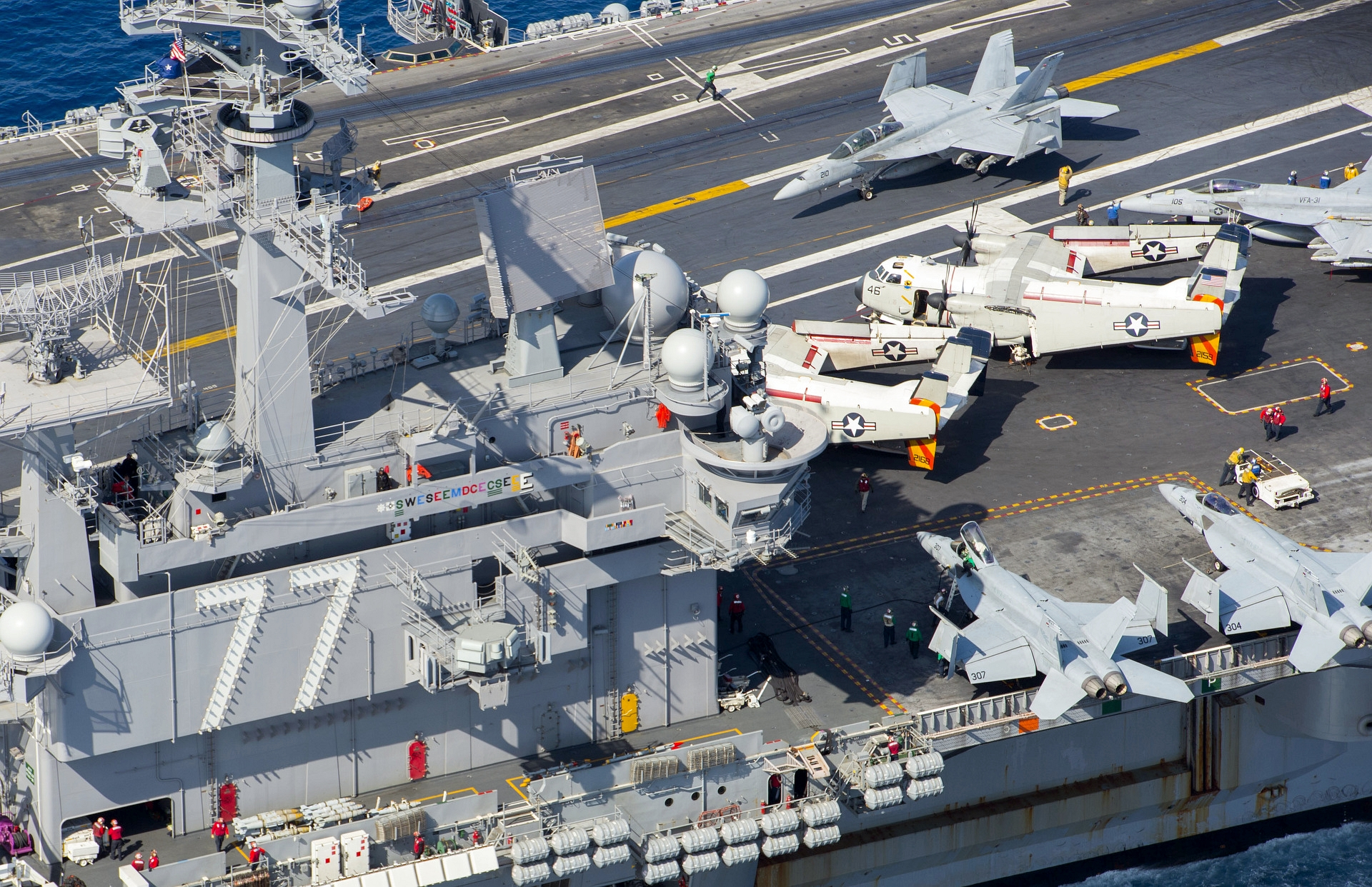 F/A-18F, F/A-18E i C-2A na pokładzie lotniskowca USS George H.W. Bush (US Navy / Mass Communication Specialist 3rd Class Daniel Gaither)