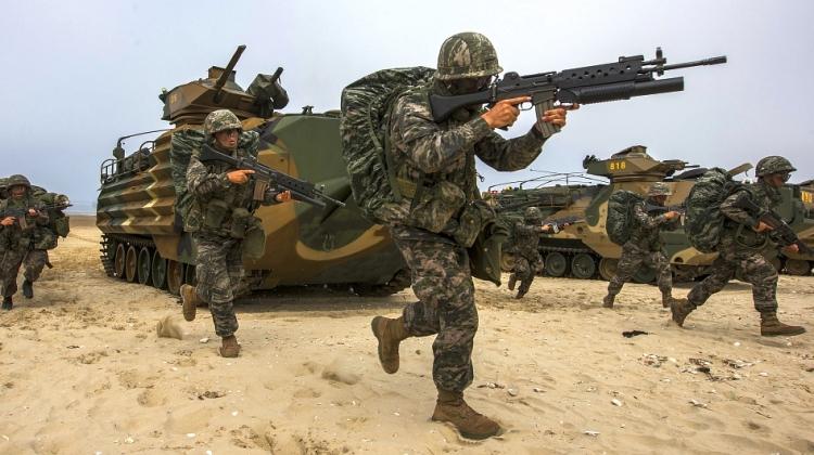 Ćwiczenia południowokoreańskiej 1. Dywizji Piechoty Morskiej, czerwiec 2015 (Republic of Korea Armed Forces, Attribution-ShareAlike 2.0 Generic)
