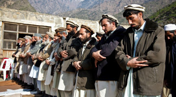 Afghan_men_praying_in_Kunar