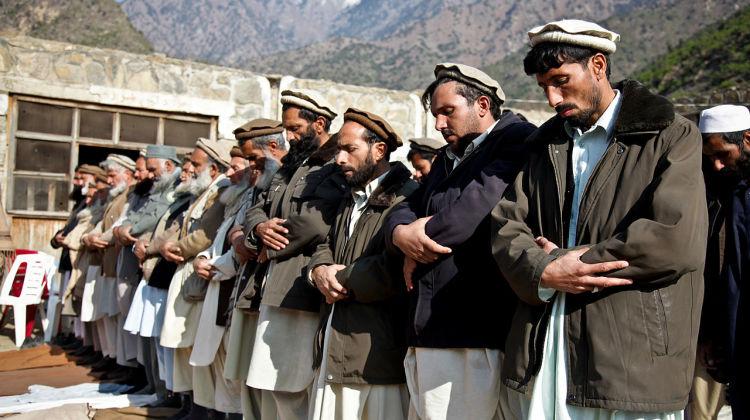 Afghan_men_praying_in_Kunar