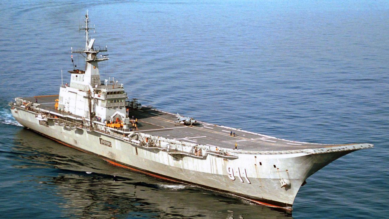 Okręt flagowy tajlandzkiej marynarki: lotniskowiec lekki Chakri Naruebet (fot. Alex C. Witte, US Navy)