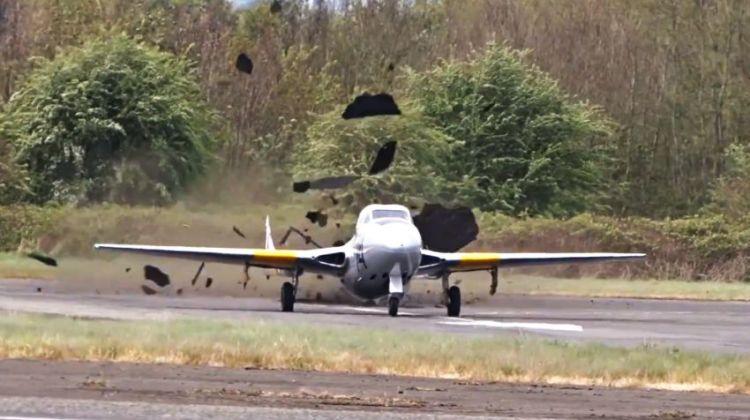 Vampire WZ507 niszczy pas startowy