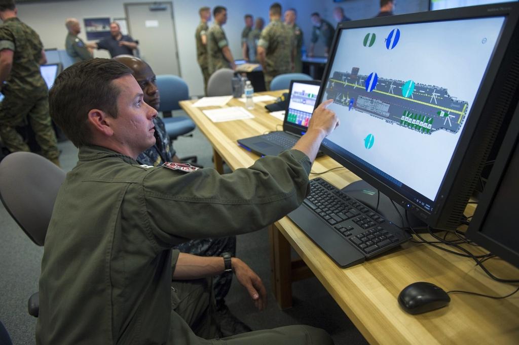 Cyfrowa ouija board dla śmigłowcowca desantowego USS Iwo Jima (LHD 7) podczas testów w maju 2017 (US Navy John F. Williams)