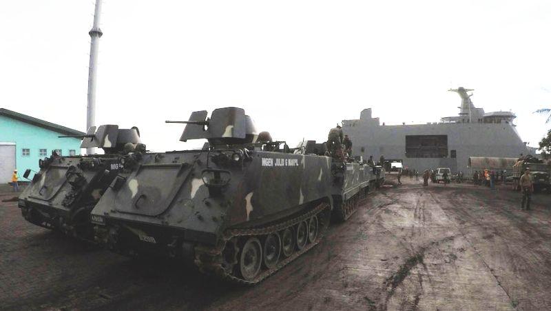 31 maja okręt desantowy Tarlac dostarczył na Mindanao transportery opancerzone M113, które mają być użyte w walce z bojownikami w Marawi (fot. Phillippine Information Agency)