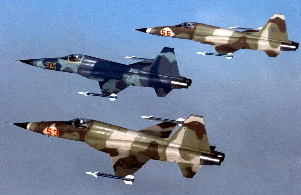 """Pomalowane w barwy agresorów myśliwce F-5E, podobne do widocznych na zdjęciu maszyn USAF-u, wraz ze szkolno-treningowymi T-38A wcieliły się w """"Top Gun"""" w fikcyjne MiG-i-28. W rzeczywistości chodzić mogło o MiG-i-29, do których pozorowania amerykańska marynarka zakupiła F-16N. (US Air Force)"""