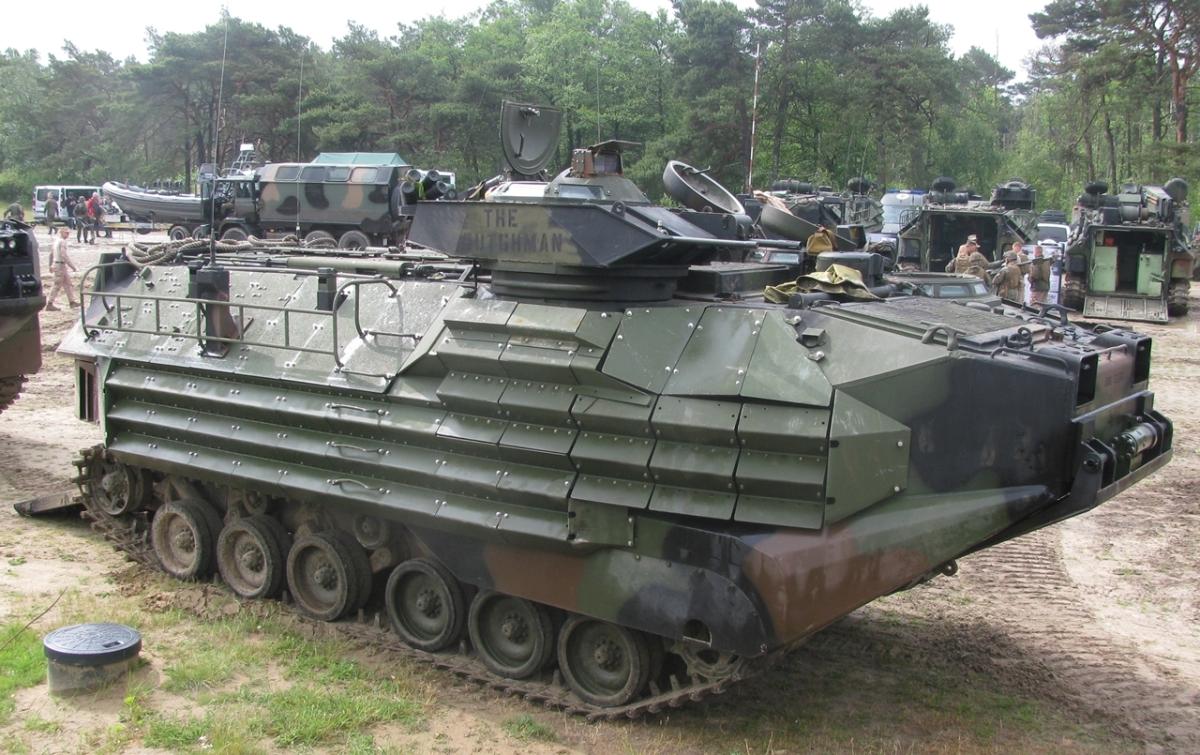 AAV7 wyposażony w dodatkowy pancerz EAAK (fot. Maciej Hypś, konflikty.pl)