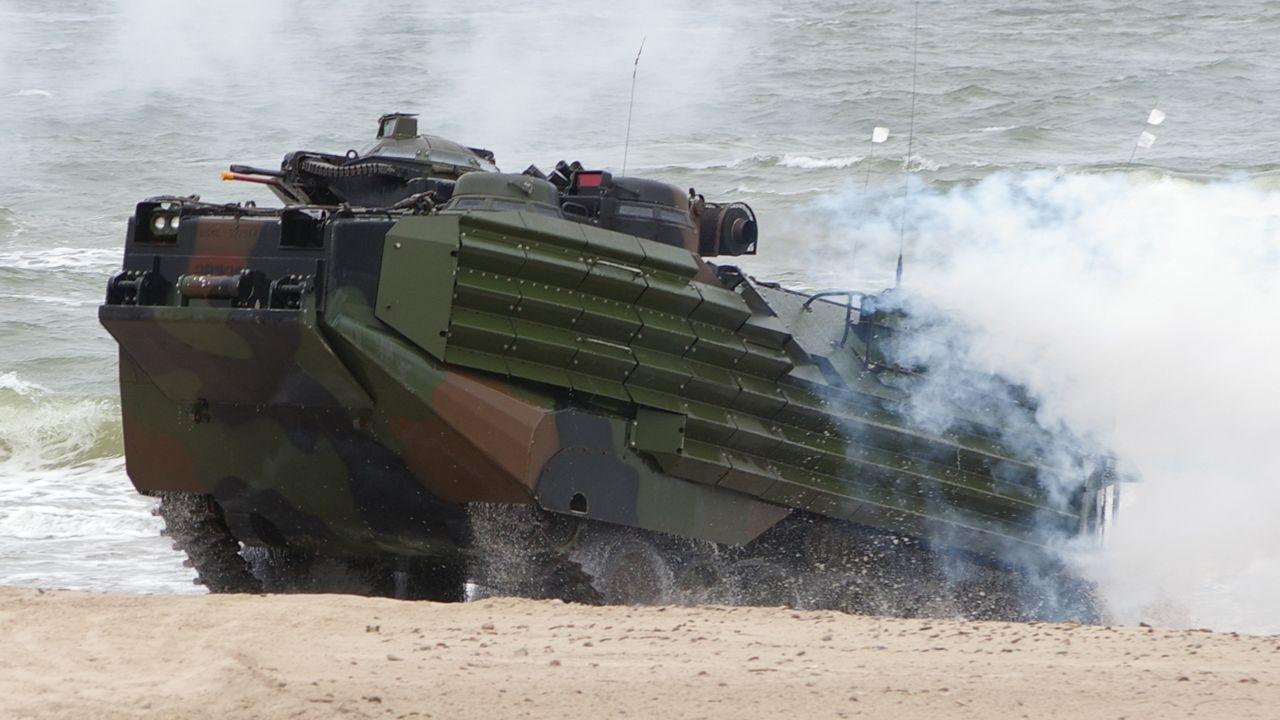 Na lądzie ze względu na wymiary AAV7 jest dużo większym celem od większości współczesnych transporterów i bojowych wozów piechoty. Jednak mieści też znacznie więcej żołnierzy (fot. Maciej Hypś, konflikty.pl)