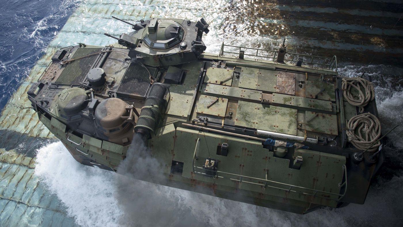 AAV opuszcza okręt desantowy USS Germantown. Dobrze widoczne uzbrojenie w wieży – karabin maszynowy i granatnik – oraz wyrzutnie granatów dymnych (fot. US Navy / Mass Communication Specialist 2nd Class Amanda R. Gray)