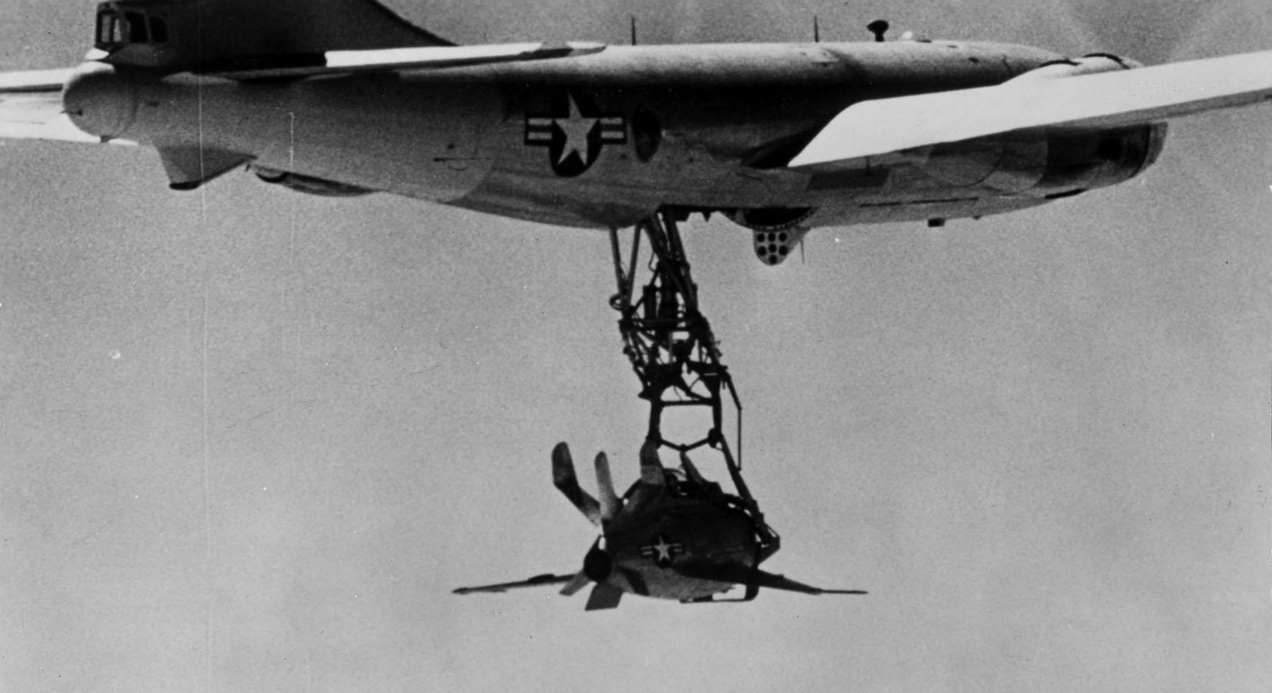 XF-85 Goblin na trapezie pod kadłubem EB-29 (fot. US Air Force)