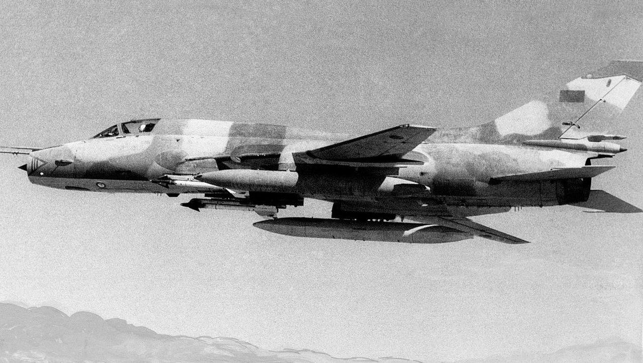 Libijski Su-22M3 sfotografowany w 1985 roku, z pociskami R-13M (US Navy)