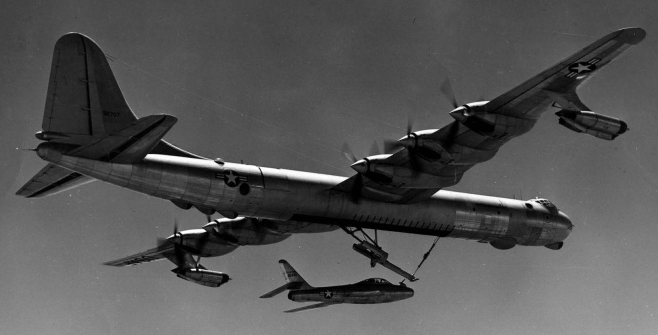 Projekt FICON w praktyce: F-84F tuż po zwolnieniu z zaczepu (fot. US Air Force)