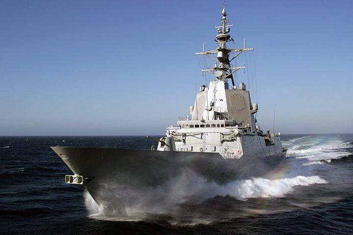 Hiszpańska fregata Almirante Juan de Borbon (F 102) typu F 100 podczas prób systemów bojowych na poligonie rakietowym u wybrzeży Kalifornii (US Navy)