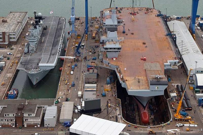 Porównanie wielości HMS Queen Elizabeth (po prawej) z HMS Illustrious (R06) (MoD / Crown copyright 2013)