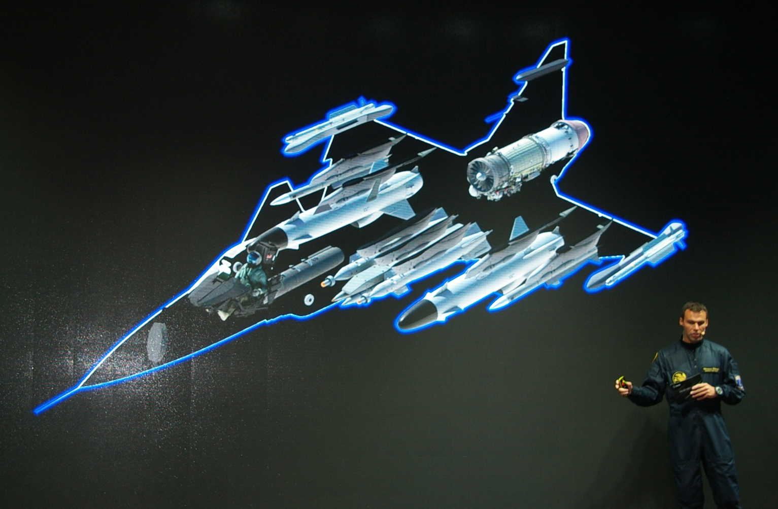 Prezentacja koncepcji Gripena E. Saab twierdzi, że dla współczesnego myśliwca najważniejsza jest moc obliczeniowa komputerów pokładowych i szeroki wachlarz przenoszonego uzbrojenia, a nie właściwości stealth. (Maciej Hypś, konflikty.pl)