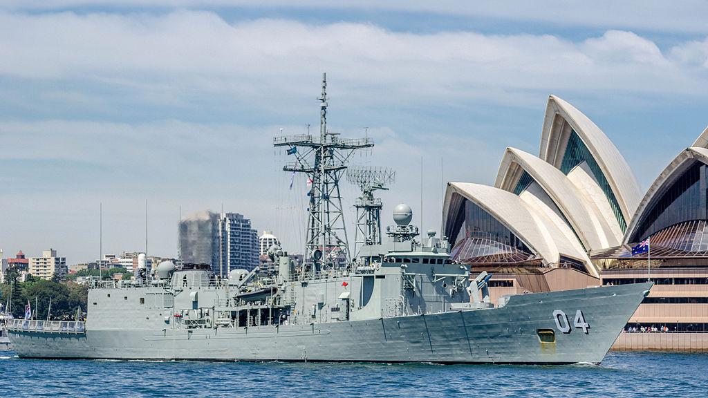 Australijska fregata HMAS Darwin (FFG 04) typu Adelaide w 2013 roku (Hpeterswald,  Creative Commons Attribution-Share Alike 3.0 Unported)