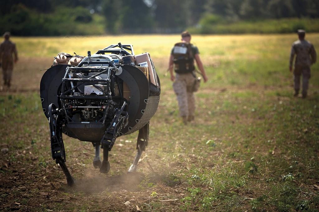 Żołnierze USMC podczas testów logistycznego robota-muła LS3, który może dostarczać wodę, żywność i amunicję do zaprogramowanego punktu lub podążać za operatorem (US Marine Corps / Cpl. Matthew Callahan)