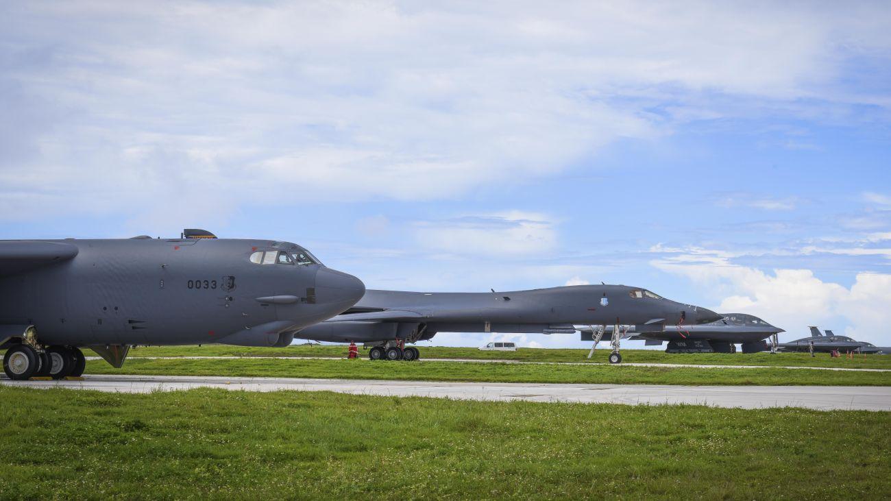 Bombowce B-52 Stratofortress, B-1B Lancer i B-2 Spirit w Andersen Air Force Base na Guamie (fot. US Air Force / Tech. Sgt. Richard Ebensberger)