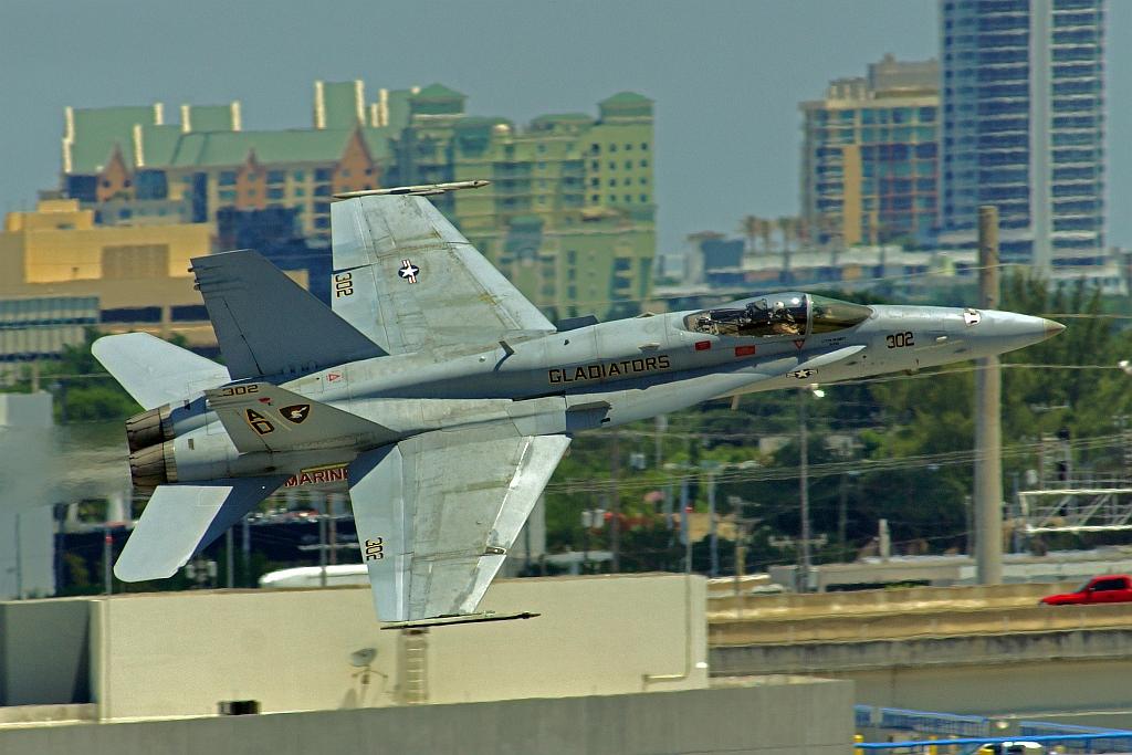 """F/A-18C eskadry szkoleniowej VFA-106 """"Gladiators"""" podczas pokazów w 2016 roku (JTOcchialini, Creative Commons Attribution-ShareAlike 2.0 Generic)"""