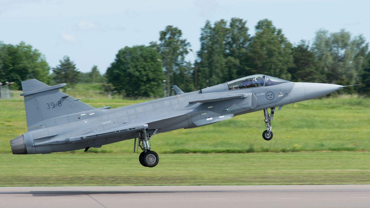 JAS 39E Gripen ląduje po dziewiczym locie (materiały prasowe Saaba)
