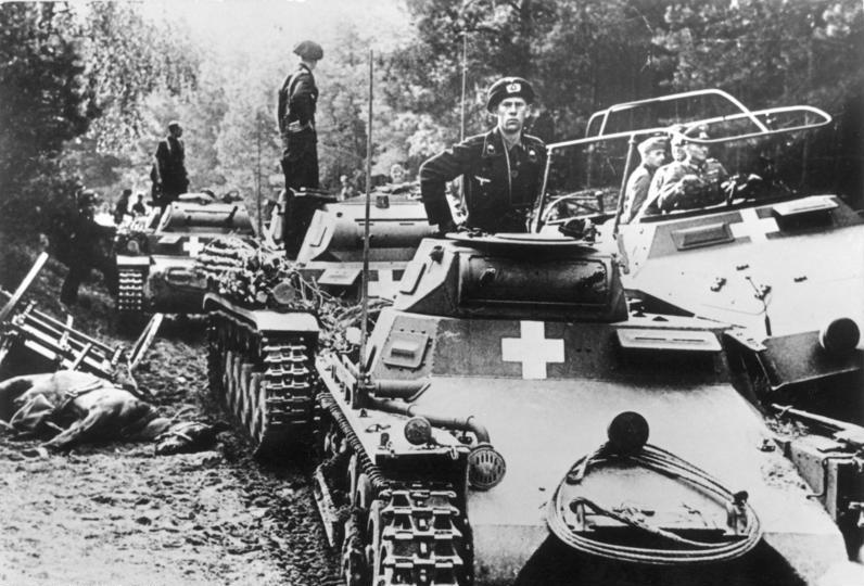 Fotografia znakomicie ilustrująca przyczyny polskich niepowodzeń: znaczna mobilność niemieckich jednostek szybkich i szerokie korzystanie z łączności bezprzewodowej (Bundesarchiv, Bild 146-1976-071-36 / CC-BY-SA 3.0)