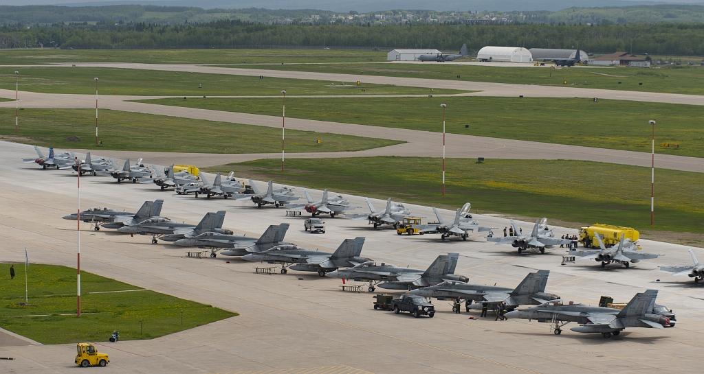 """Kanadyjskie Hornety przed ćwiczeniami """"Maple Flag"""" w czerwcu 2017 (Royal Canadian Air Force, MCpl HJL MacRae, 4 Wing Imaging)"""