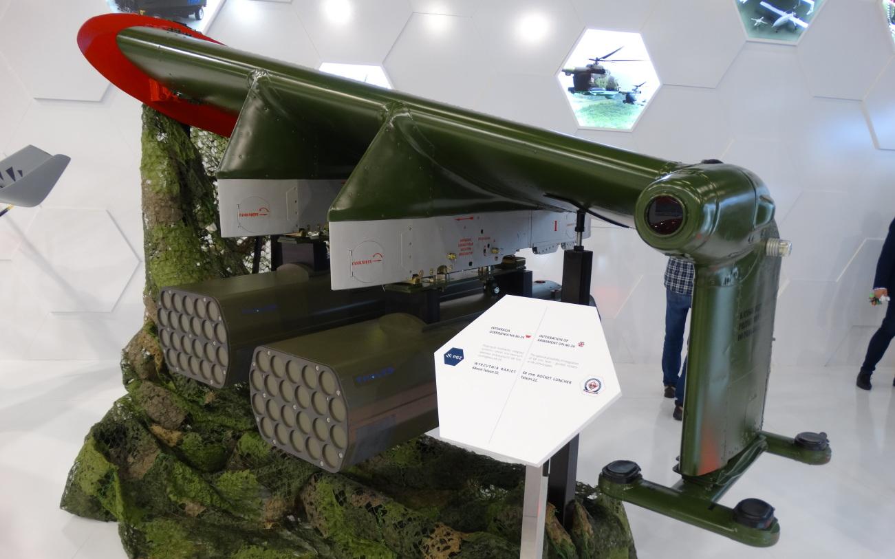 Makieta skrzydła z proponowanym uzbrojeniem dla Mi-24: dwie wyrzutnie Telson 22 dla pocisków kierowanych i niekierowanych