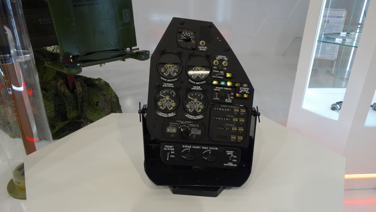 Zmodernizowany pulpit po dostosowaniu do lotów z użyciem gogli noktowizyjnych NVG trzeciej generacji klasy B w standardzie MIL STD 3009