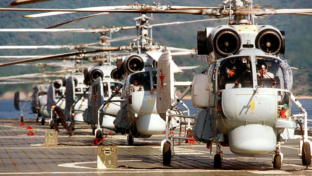 Śmigłowce Ka-27 i Ka-25 na pokładzie krążownika lotniczego Noworossijsk we wrześniu 1984 roku (RIA Novosti archive, image #139612 / Vladimir Rodionov / CC-BY-SA 3.0)