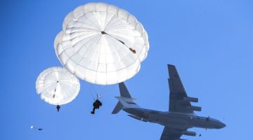 Russian_paratroopers_jump_from_an_Ilyushin_Il-76MD_(2)
