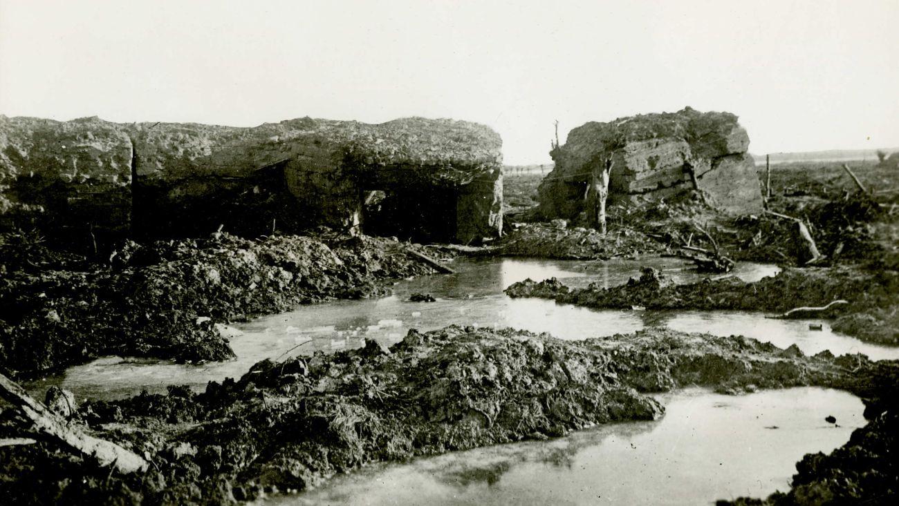 Zrujnowany niemiecki schron, rejon Passchendaele, październik/listopad 1917 roku. Kiedy w latach 30. mówiono o kolejnej wojnie, tak najczęściej ją sobie wyobrażano (Library and Archives Canada)