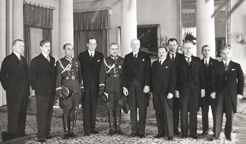 Prezydent Mościcki wraz z rządem premiera generała Sławoj-Składkowskiego. Siedmiu z jedenastu członków rządu było członkami Legionów Polskich i POW (Ilustrowany Kuryer Codzienny. 1939, nr 134)
