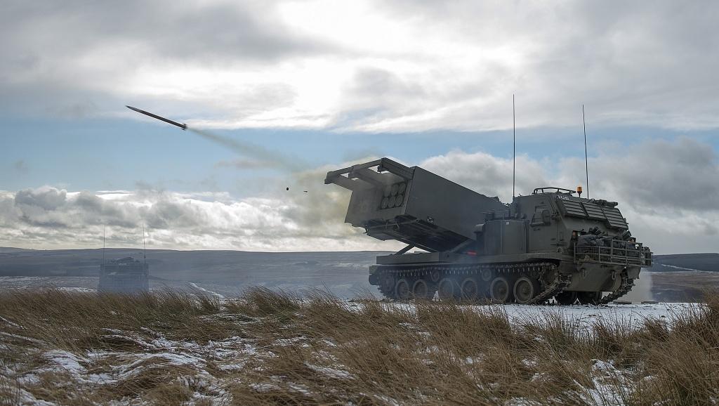 Prawie jak na morzu – brytyjska wyrzutnia M270 MLRS, używająca takich samych modułów i typów pocisków jak HIMARS, podczas ćwiczeń w północnej Anglii (Mod / Crown Copyright 2015)