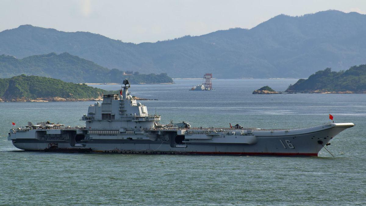Lotniskowiec Liaoning na wodach w pobliżu Hongkongu w lipcu 2017 roku (Baycrest, Creative Commons Attribution-Share Alike 2.5 Generic)