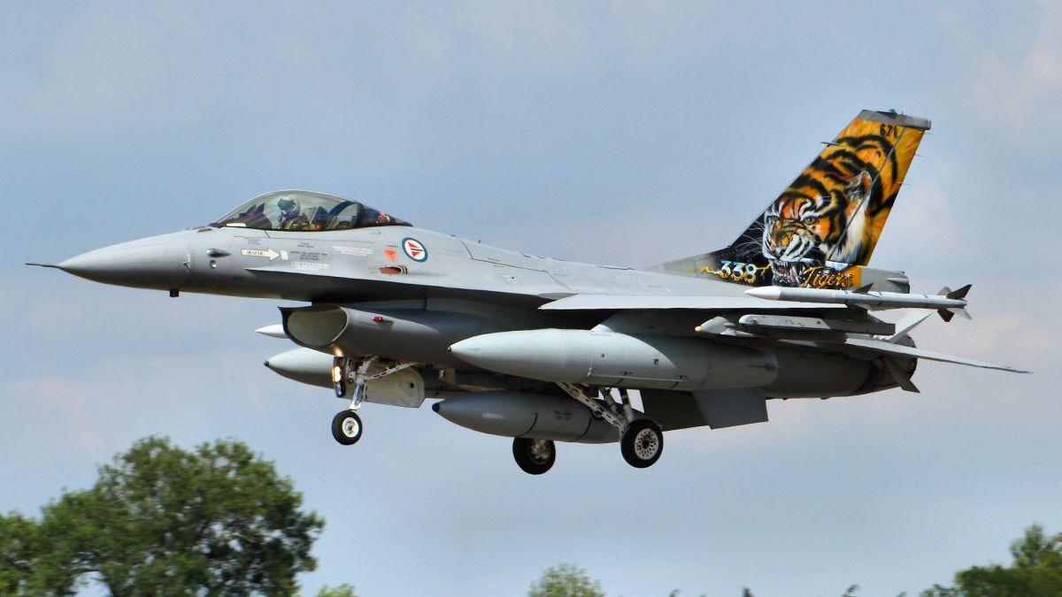 Norweski F-16A Block 20 MLU w malowaniu okolicznościowym 338. Eskadry Luftforsvaret (fot. Tim Felce, Creative Commons Attribution-Share Alike 2.0 Generic)