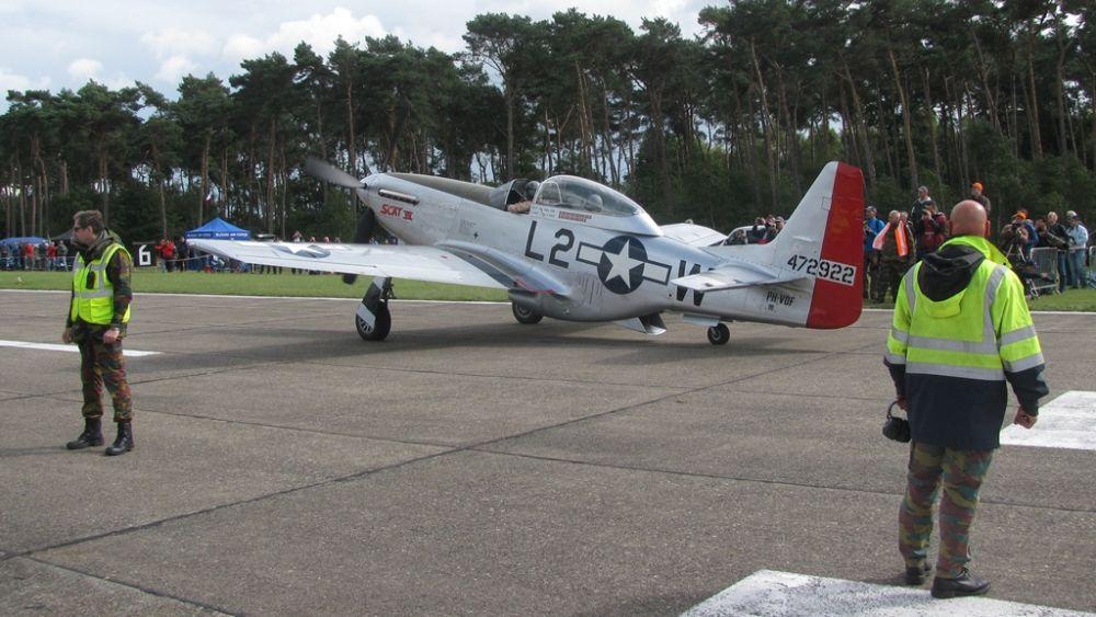 P-51 Mustang kołuje w Kleine-Brogel po zakończonym pokazie. W tym miejscu funkcjonowało przejście dla pieszych przez drogę kołowania, którą stewardzi zamykali na czas przejazdu samolotów. Tego nie spotyka się często. (fot. Maciej Hypś, Konflikty.pl)