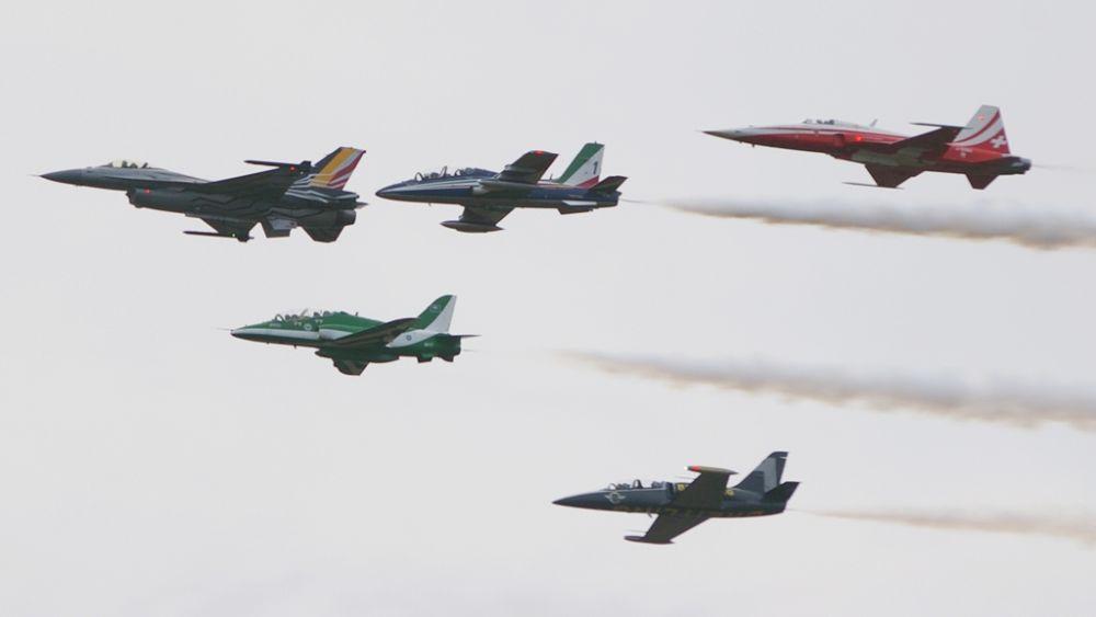 Specjalna formacja z okazji czterdziestolecia pokazów. Belgijski F-16 prowadzi liderów czterech grup akrobacyjnych. (fot. Maciej Hypś, Konflikty.pl)