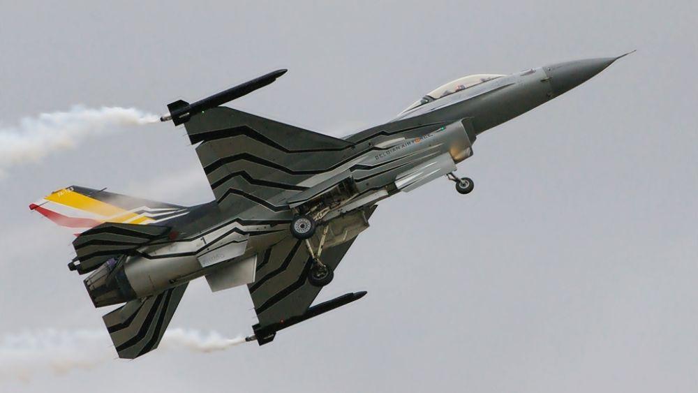 """Tegoroczny sezon jest ostatnim dla pilota pokazowego belgijskiego F-16 Toma De Moortela """"Gizmo"""". Do tej pory wylatał ponad 4500 godzin, z tego ponad 1600 na F-16.  (fot. Maciej Hypś, Konflikty.pl)"""
