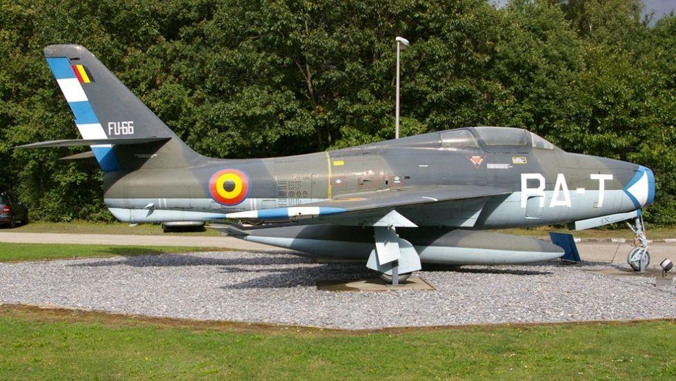 F-84F Thunderstreak – jeden z kilku zabytkowych samolotów z czasów zimnej wojny zachowanych w Kleine-Brogel. W swoim czasie stanowił o sile wojsk lotniczych wielu państw NATO. (fot. Maciej Hypś, Konflikty.pl)