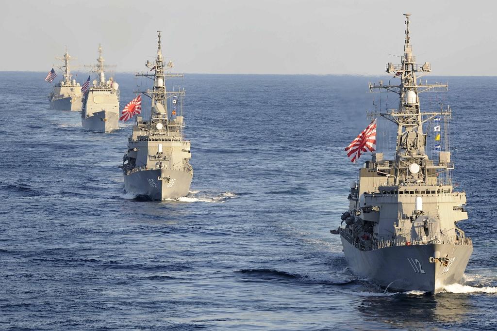 Japońskie niszczyciele Makinami (DD 112) i Inazuma (DD 105) płynące w szyku torowym z krążownikiem USS Bunker Hill (CG 52) i niszczycielem USS Preble (DDG 88) (US Navy / Mass Communication Specialist 1st Class Michael Russell)