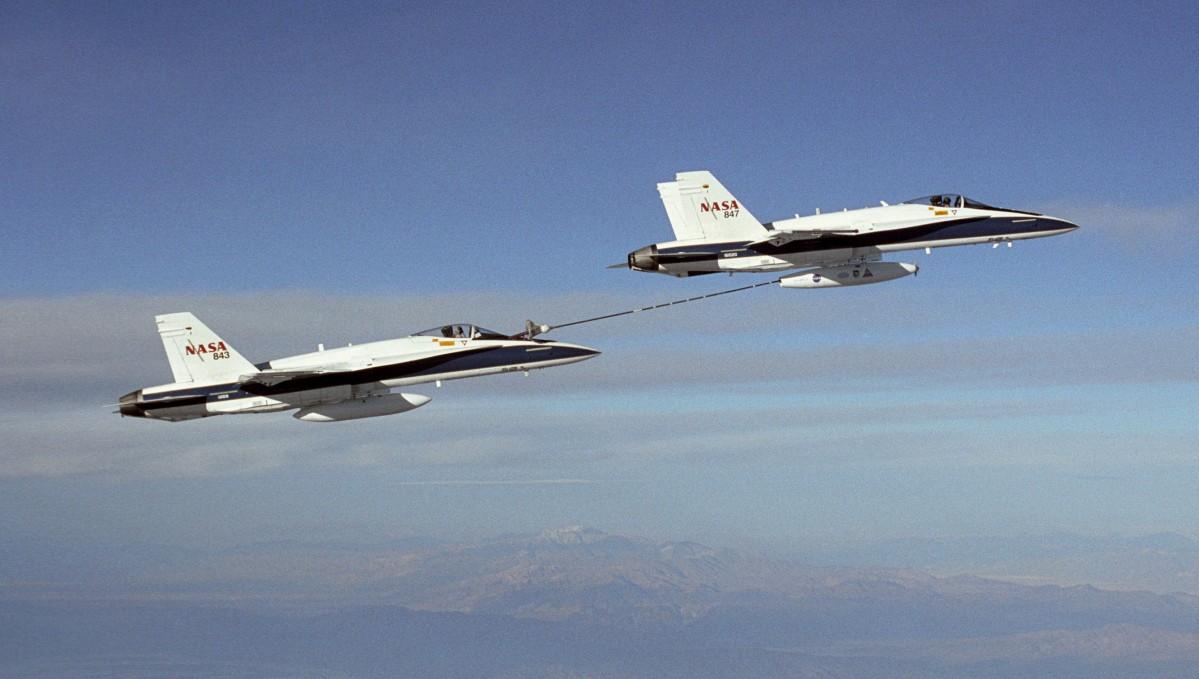 Para F/A-18A podczas testów automatycznego systemu tankowania w powietrzu (NASA)