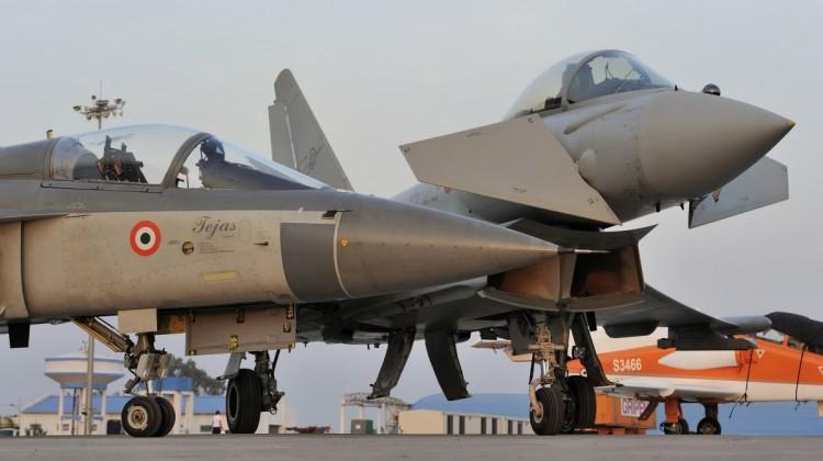 Tejas i Typhoon (fot. Katsuhiko Tokunaga / DACT,INC. / Eurofighter Jagdflugzeug GmbH)