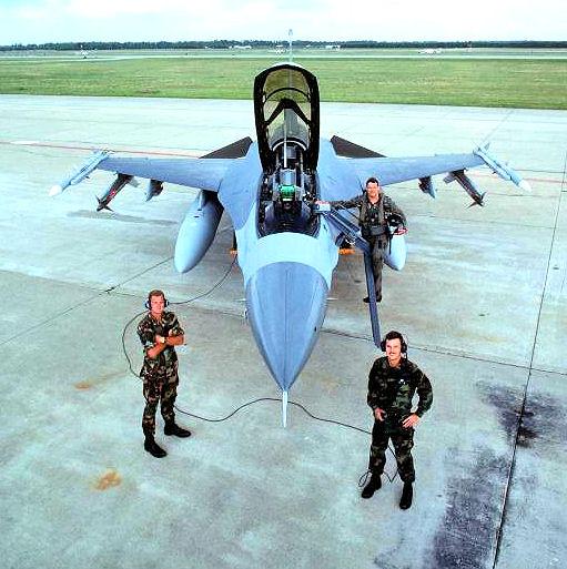 zestrzelenie MiG-25 F-16 | Podpułkownik Gary North oraz jego technicy – sierżant sztabowy Roy Murray i starszy szeregowy Steven Ely – wraz z F-16D #90-0778. Zdjęcie wykonano w kwietniu 1993 roku w bazie lotniczej Shaw. (fot. USAF /  A1C Robert Trubia)