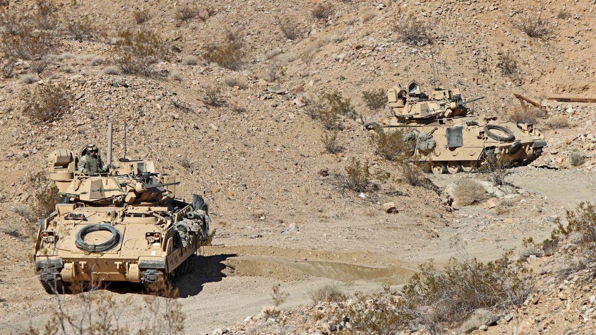 Bojowe wozy piechoty M2 Bradley 1. Dywizji Piechoty na poligonie w Kalifornii (fot. Sgt. Eric M. Garland II, U.S. Army)
