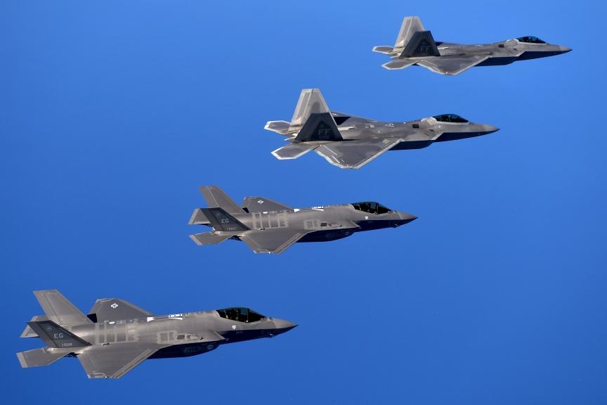 F-22A z 94. Eskadry Myśliwskiej i F-35A z 58. Eskadry Myśliwskiej nad poligonem Eglin na Florydzie w 2014 roku (US Air Force / Master Sgt. Shane A. Cuomo)