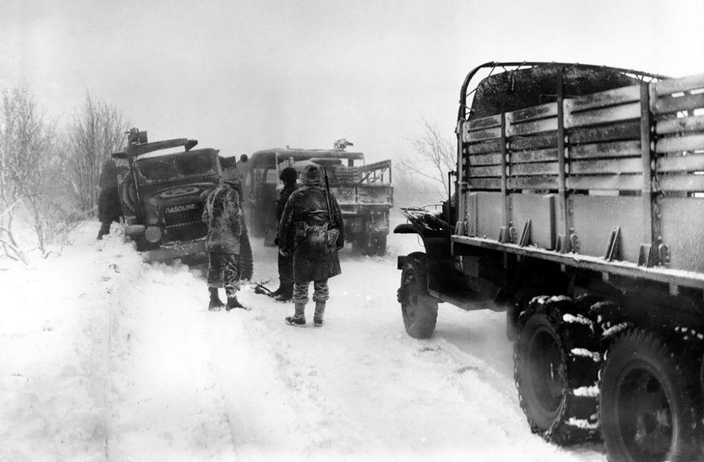 Ciężarówki 1. Dywizji Piechoty przedzierają się przez śnieg opodal Sourbrodt we wschodniej Belgii (fot. Sgt Bill Augustine)