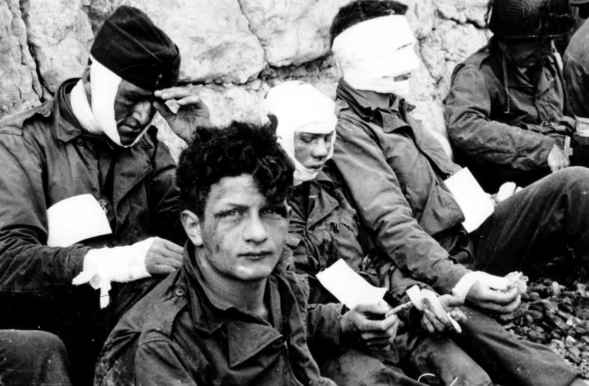"Ranni żołnierze 16. Pułku po walkach na plaży ""Omaha"" (fot. Department of the Army. Office of the Chief Signal Officer)"
